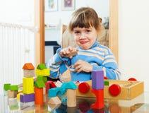 3 anos de criança que joga com os brinquedos na casa Fotografia de Stock