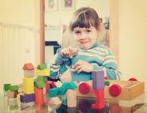 3 anos de criança que joga com os brinquedos na casa Fotografia de Stock Royalty Free