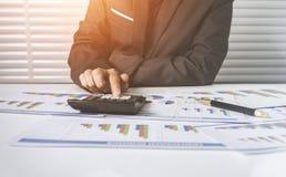 55 anos de custo calculador da mulher de negócios fêmea idosa Imagens de Stock Royalty Free