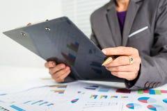 55 anos de custo calculador da mulher de negócios fêmea idosa Fotografia de Stock