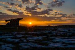 5000 anos de dólmem velho de Polnabrone em Burren, por do sol do parque nacional Imagem de Stock Royalty Free
