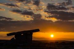 5000 anos de dólmem velho de Polnabrone em Burren, por do sol do parque nacional Fotos de Stock