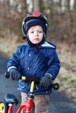 2 anos de equitação velha da criança em sua primeira bicicleta Imagem de Stock