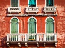 300 anos de fachada venetian velha do palácio do canal grandioso Fotografia de Stock Royalty Free