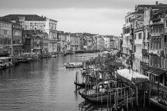 300 anos de fachadas venetian velhas do palácio do canal grandioso Fotografia de Stock Royalty Free