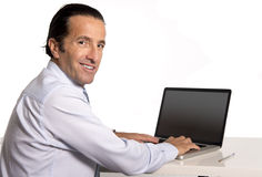 40 a 50 anos de homem de negócios superior velho que trabalha no computador na mesa de escritório que olha segura e relaxado Fotos de Stock Royalty Free