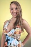 19 anos de jovem mulher idosa com um vestido na frente de Imagens de Stock Royalty Free