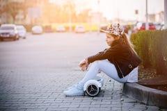 10 anos de menina idosa com o auto que equilibra o skate bonde Fotos de Stock Royalty Free