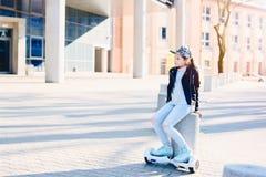 10 anos de menina idosa com o auto que equilibra o skate bonde Imagens de Stock Royalty Free