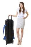 16 anos de menina idosa do adolescente que está ao lado de uma grande mala de viagem preta Fotografia de Stock Royalty Free