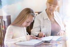 10 anos de menina idosa e seu professor Estudo da menina durante sua lição privada Conceito tutorial e educacional Fotos de Stock Royalty Free