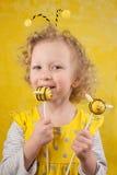 Menina com PNF do bolo da abelha Fotografia de Stock