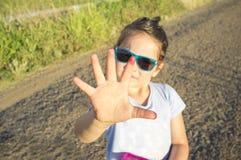 5 anos de menina idosa mostram sua mão completamente do jui da mancha da amoreira Fotografia de Stock Royalty Free
