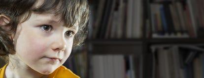 5 anos de menina idosa na biblioteca Fotografia de Stock Royalty Free
