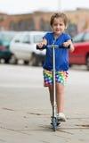 4 anos de menina idosa que fica com 'trotinette' Fotografia de Stock