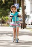4 anos de menina idosa que fica com 'trotinette' Fotografia de Stock Royalty Free