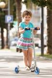 4 anos de menina idosa que fica com 'trotinette' Imagens de Stock Royalty Free