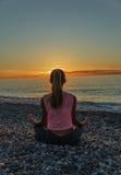 13-15 anos de menina que faz exercícios na praia ostentam Fotografia de Stock