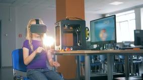 8-9 anos de menina que usa os vidros da realidade virtual que exploram a realidade 3D virtual na turma escolar