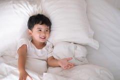 3 anos de menino asiático bonito pequeno idoso em casa na cama, encontro da criança Imagens de Stock