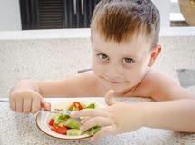 4 anos de menino idoso com salada Imagens de Stock Royalty Free