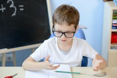 7 anos de menino idoso que conta nos dedos Imagem de Stock Royalty Free