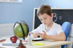 7 anos de menino idoso que conta nos dedos Fotografia de Stock Royalty Free