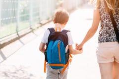 7 anos de menino idoso que vai à escola com sua mãe Imagens de Stock