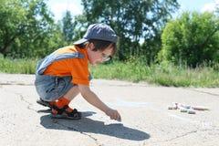 3 anos de menino tiram com gizes no verão Imagens de Stock