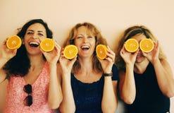 40 anos de mulher adulta que guarda laranjas Imagem de Stock Royalty Free