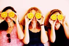 40 anos de mulher adulta que guarda laranjas Fotos de Stock Royalty Free