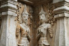 400 anos de posição e rezar antigos arruinados velhos da estátua masculina do anjo em Chiangmai, Tailândia, estátua de buddha Imagens de Stock Royalty Free