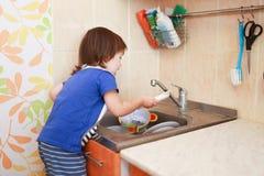 2 anos de pratos de lavagem do menino Imagens de Stock Royalty Free