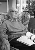 95 anos de retrato inglês velho do homem no interior doméstico Imagens de Stock