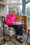 95 anos de retrato inglês velho do homem no interior doméstico Imagem de Stock