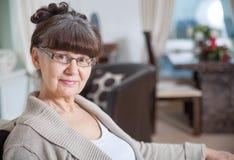 65 anos de retrato velho da mulher bonita no ambiente doméstico Fotos de Stock Royalty Free