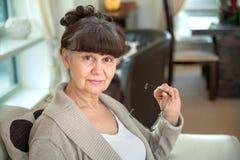 65 anos de retrato velho da mulher bonita no ambiente doméstico Foto de Stock Royalty Free