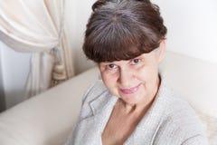 65 anos de retrato velho da mulher bonita no ambiente doméstico Fotografia de Stock