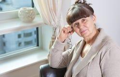 65 anos de retrato velho da mulher bonita no ambiente doméstico Londres Fotos de Stock
