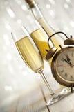 Anos de véspera novos - champanhe e despertador Fotos de Stock