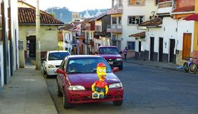 Anos de véspera novos e decoração tradicional dos carros com Monigotes ou o Mache de papel Cuenca, Equador fotos de stock royalty free
