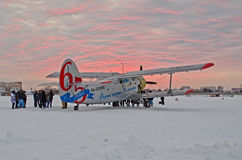 An-2 65 anos do oceano ao aeroporto Plekhanovo de Utair do oceano, Rússia Tyumen 6 de dezembro de 2012 Foto de Stock Royalty Free