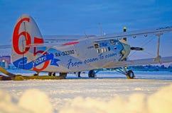 An-2 65 anos do oceano ao aeroporto Plekhanovo de Utair do oceano, Rússia Tyumen 6 de dezembro de 2012 Foto de Stock