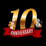10 anos dourados do molde do aniversário com vetor vermelho Illu da fita Imagem de Stock Royalty Free