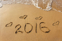 2016 anos e coração escritos no Sandy Beach Imagem de Stock Royalty Free