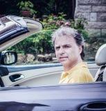 40 anos elegantes do desportista idoso que conduz o carro do cabriolet Imagem de Stock