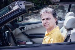 40 anos elegantes do desportista idoso que conduz o carro do cabriolet Fotos de Stock Royalty Free