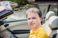 40 anos elegantes do desportista idoso que conduz o carro do cabriolet Imagens de Stock Royalty Free