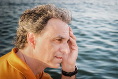 40 anos elegantes do desportista idoso que pensa na frente do mar Fotografia de Stock