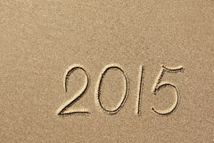 2015 anos escritos na areia da praia Imagens de Stock Royalty Free